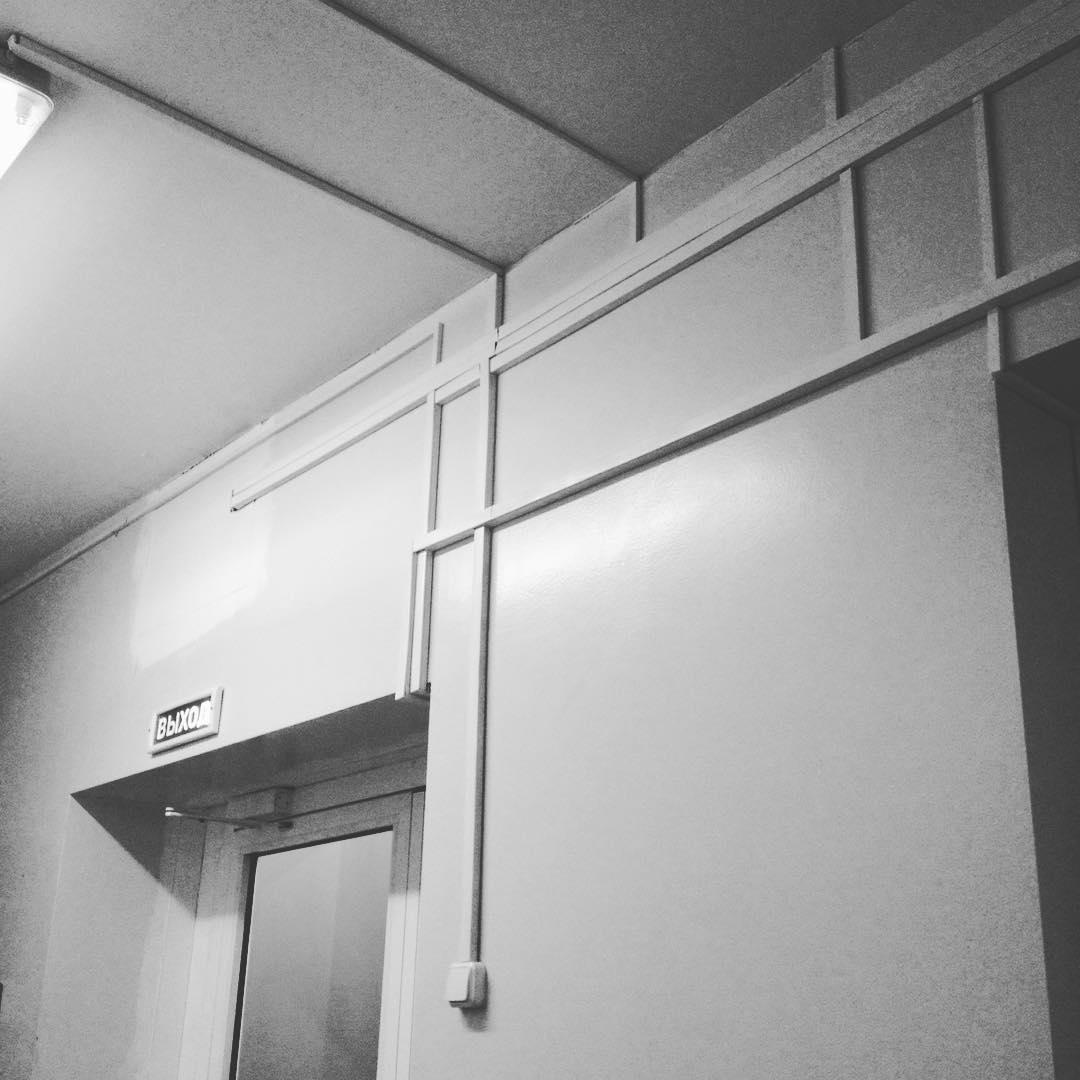 Прокладка электрики открытым способом в кабель каналах в больнице