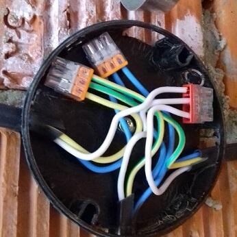 Электромонтаж распаечной коробки(дерево) около метро Красные Ворота